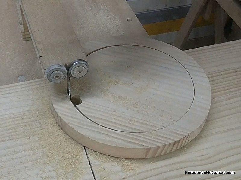 Cortar totalmente el círculo interior del aro de madera