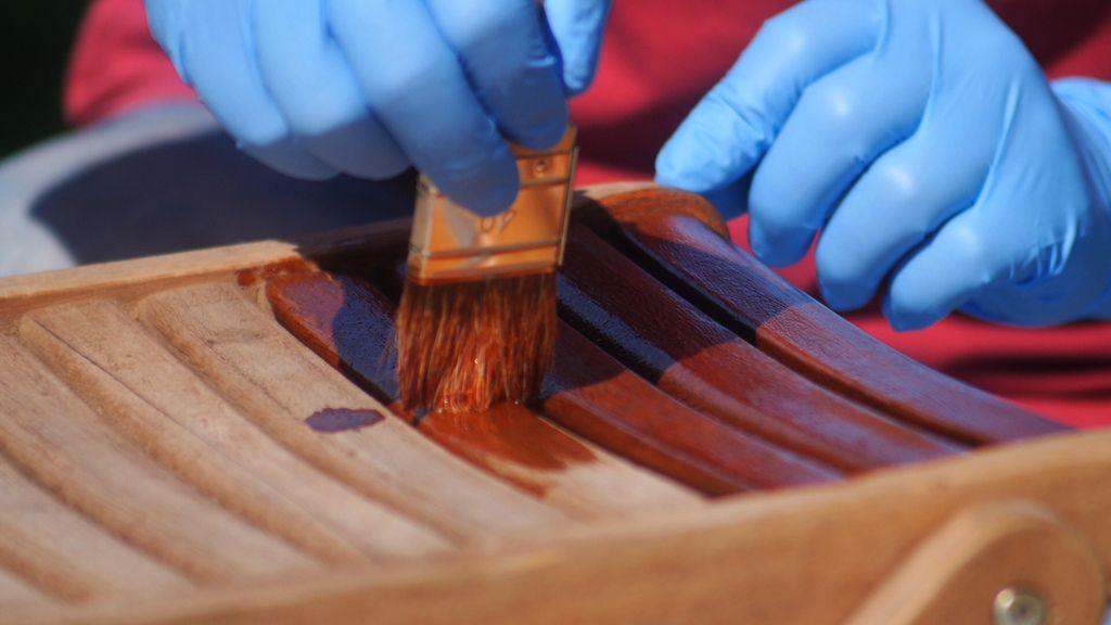 Aplicar una mano abundante de aceite para teca