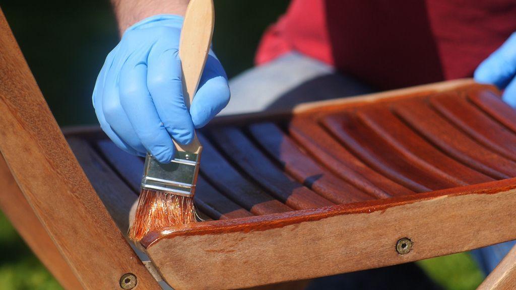 Cubrir bien todas las superficies con el aceite para teca