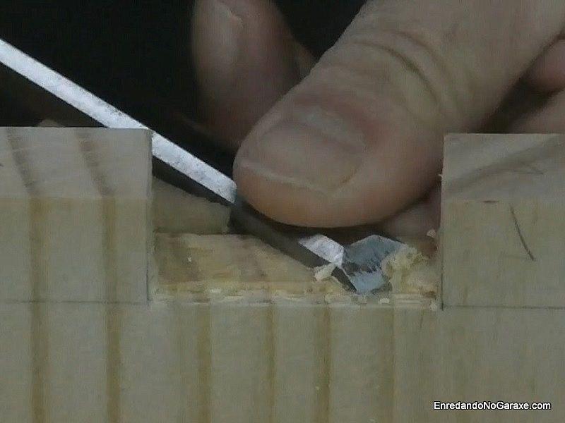 Utilizar el formón para limpiar la base de los huecos