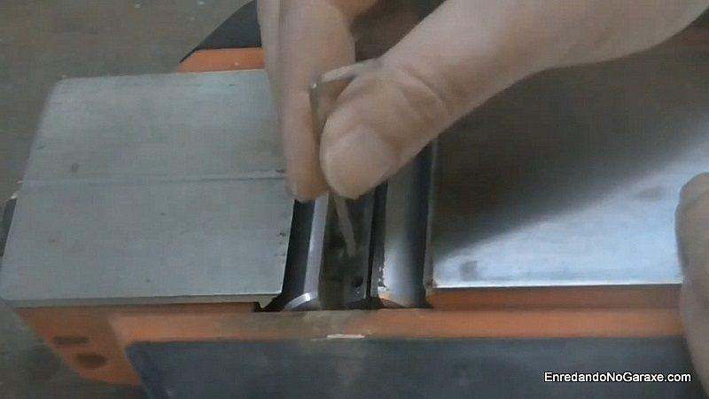 Aflojar los tornillos allen para quitar el portacuchillas