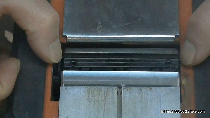 Centrar las cuchillas en el tambor del cepillo eléctrico