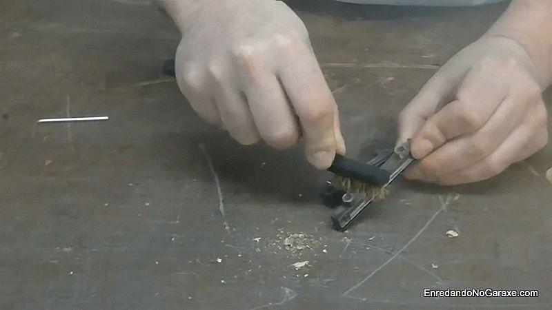 Limpiar los portacuchillas con cepillo fino de alambre