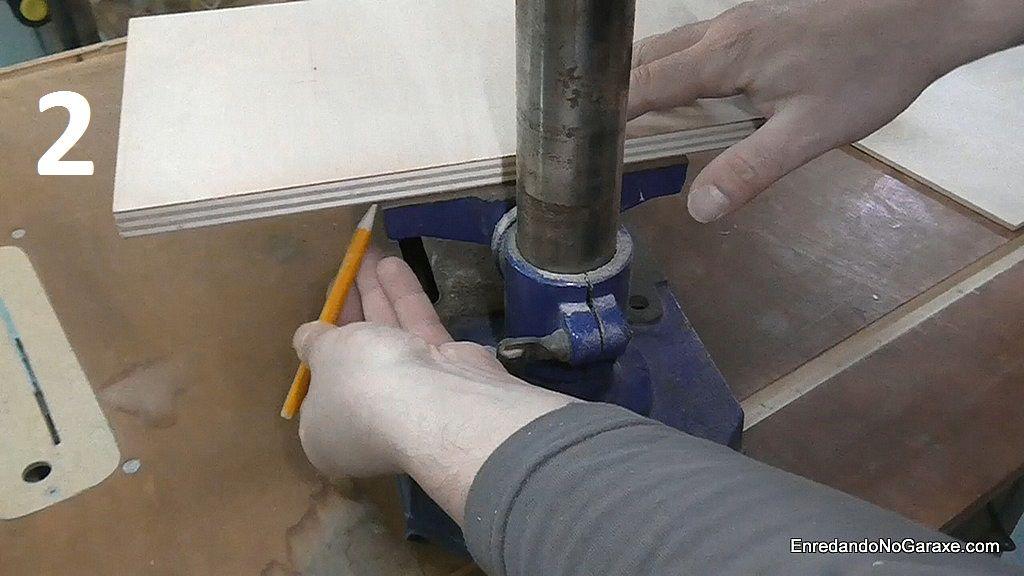 Centrar y marcar el ancho de la mesa metálica en el tablero