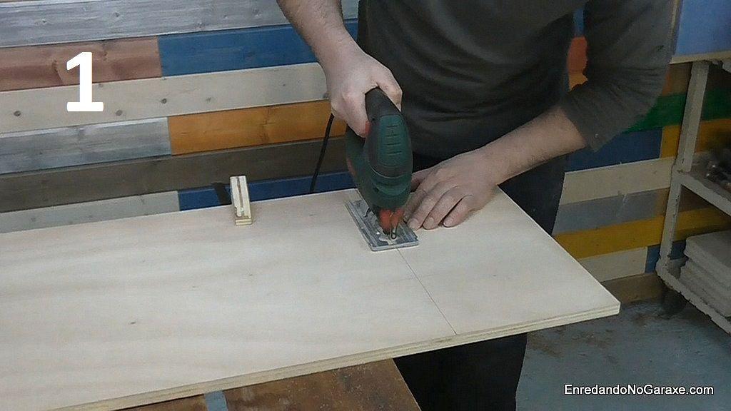 Cortar un trozo de contrachapado para hacer la mesa