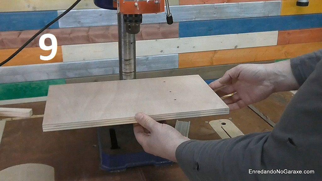 Presionar el listón guía contra la mesa metálica del taladro