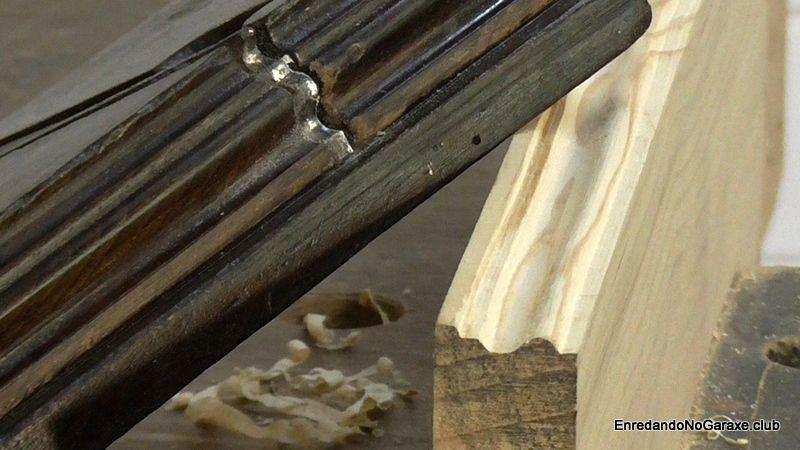 Cepillo antiguo de carpintero y moldura de madera
