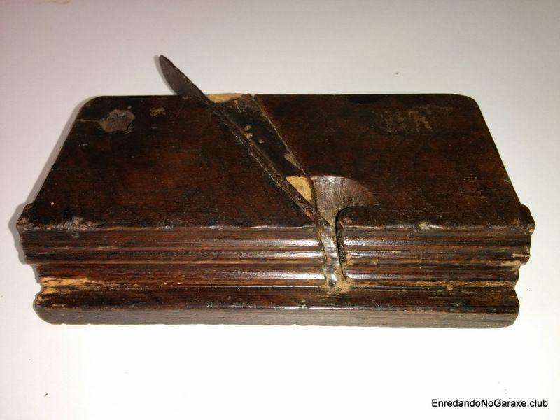 Cepillo antiguo de carpintero para hacer molduras