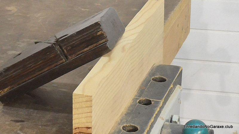 Sujetar tabla en el tornillo de banco antes de cepillar