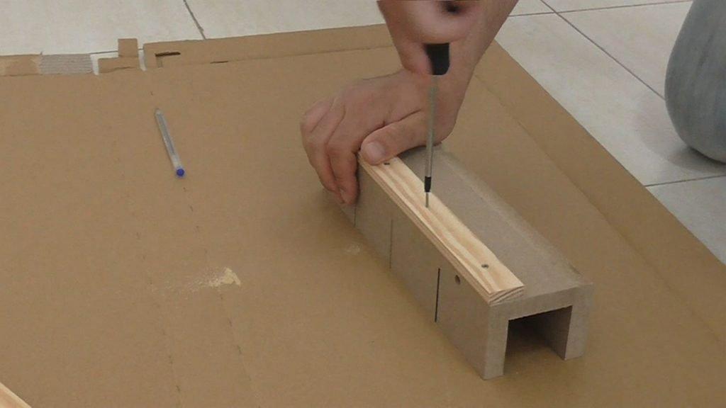 Atornillar el listón en la parte de atrás de la caja de ingletes