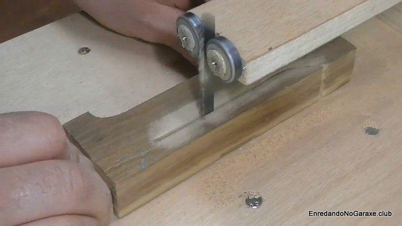 Cortar la forma del mango de madera