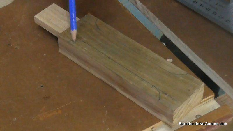 Dibujar la forma deseada en el mango de madera
