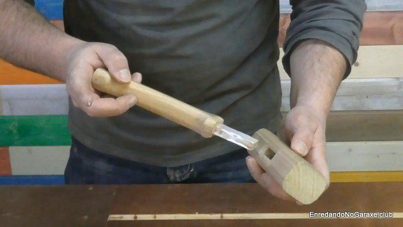 Encolar la espiga de madera en la mortaja