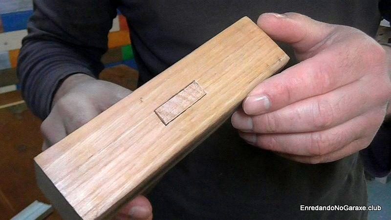 Unión de madera con la cabeza de la espiga visible