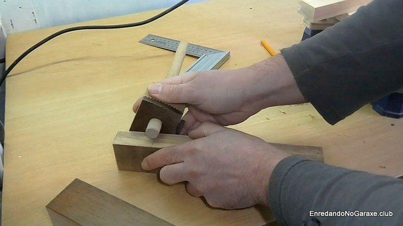 Utilizar el gramil para marcar la forma de las espigas de madera