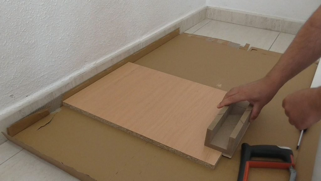Poner caja de ingletes en el borde del estante