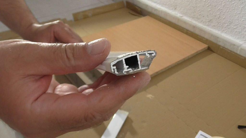 Rebabas después de cortar el aluminio con sierra para metal