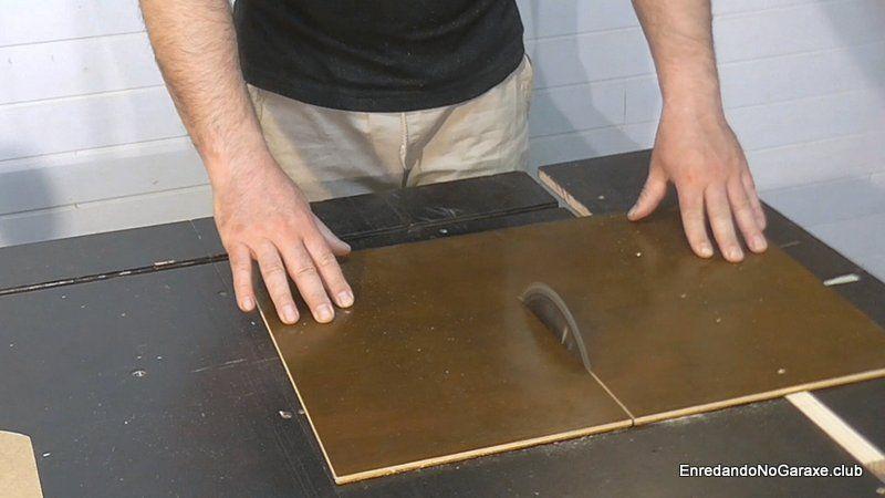 Cortar la ranura en la guía con la sierra de mesa