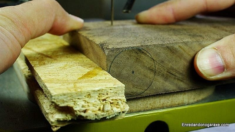 Cortar la pieza de madera con la sierra de marquetería
