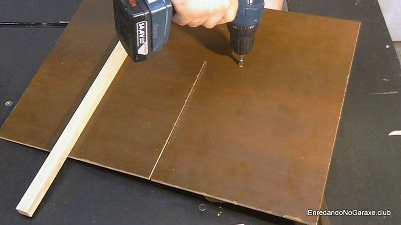 Encolar el triangulo y atornillarlo a la base