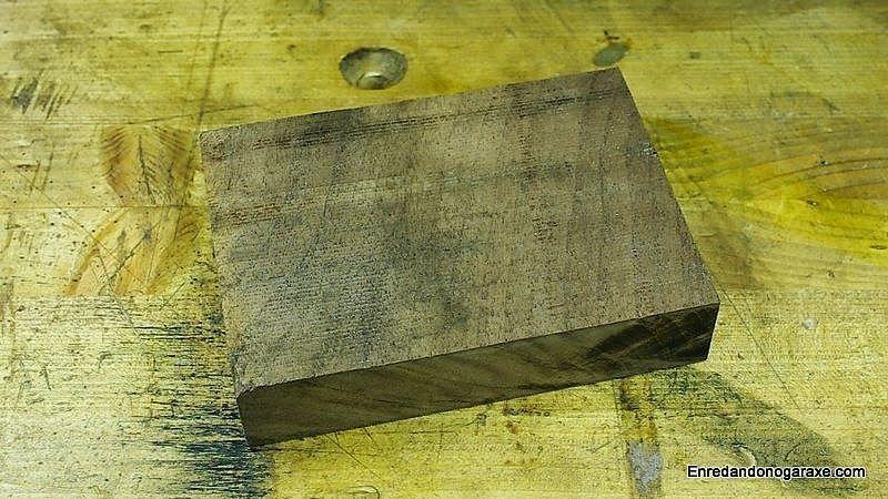Pequeño bloque de madera de nogal