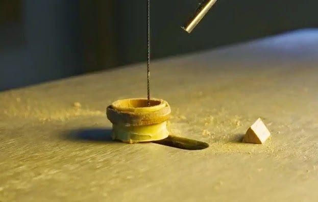 Cortar el interior del anillo con sierra de marquetería