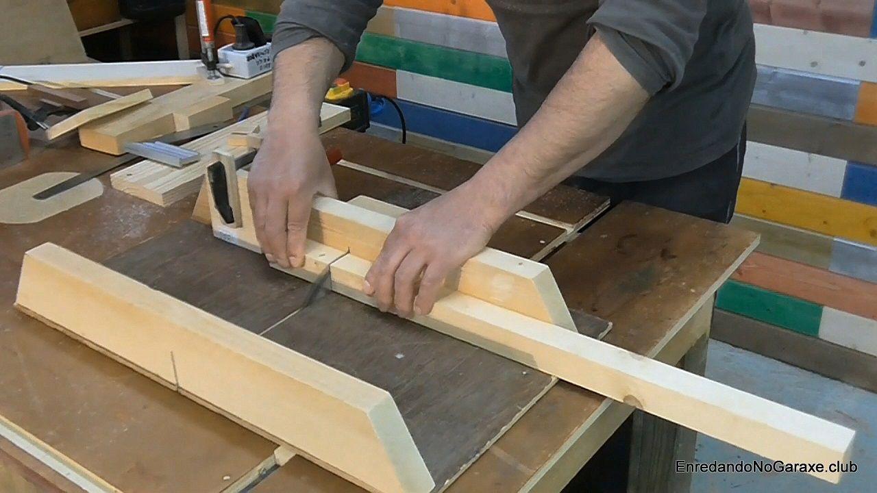 Cortar madera para un proyecto de carpintería