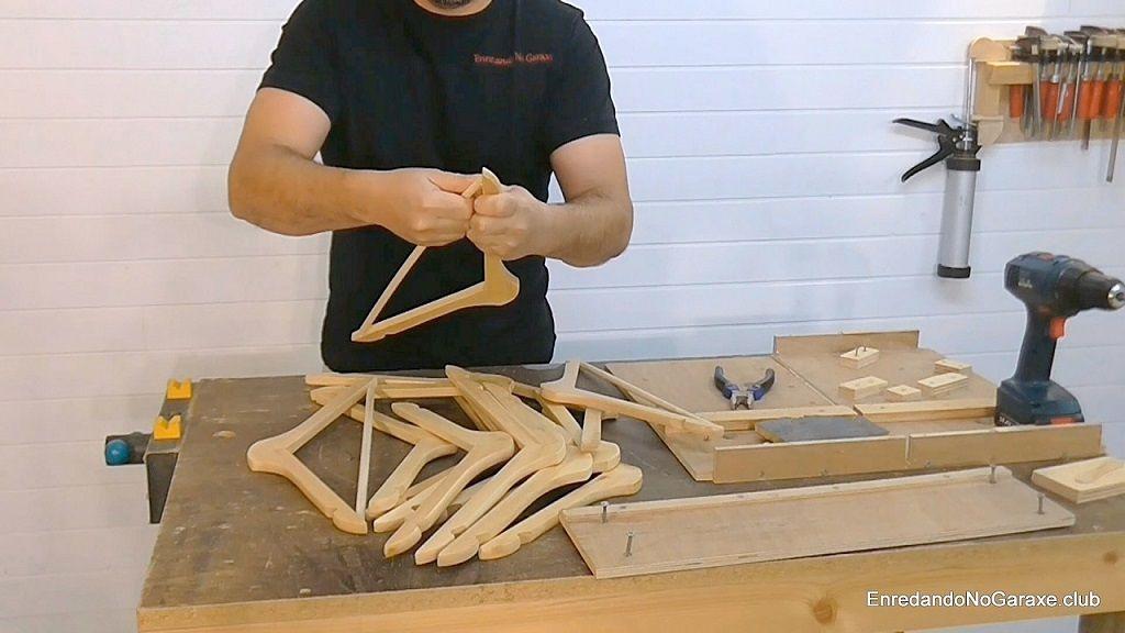 Perchas de madera para hacer una lámpara