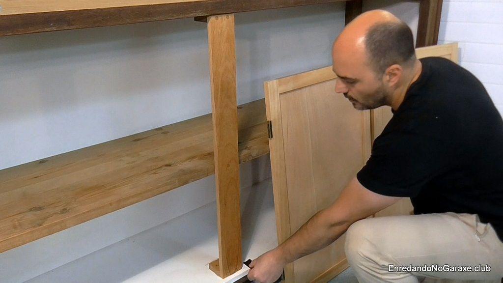 Calzar la puerta para instalar bisagras