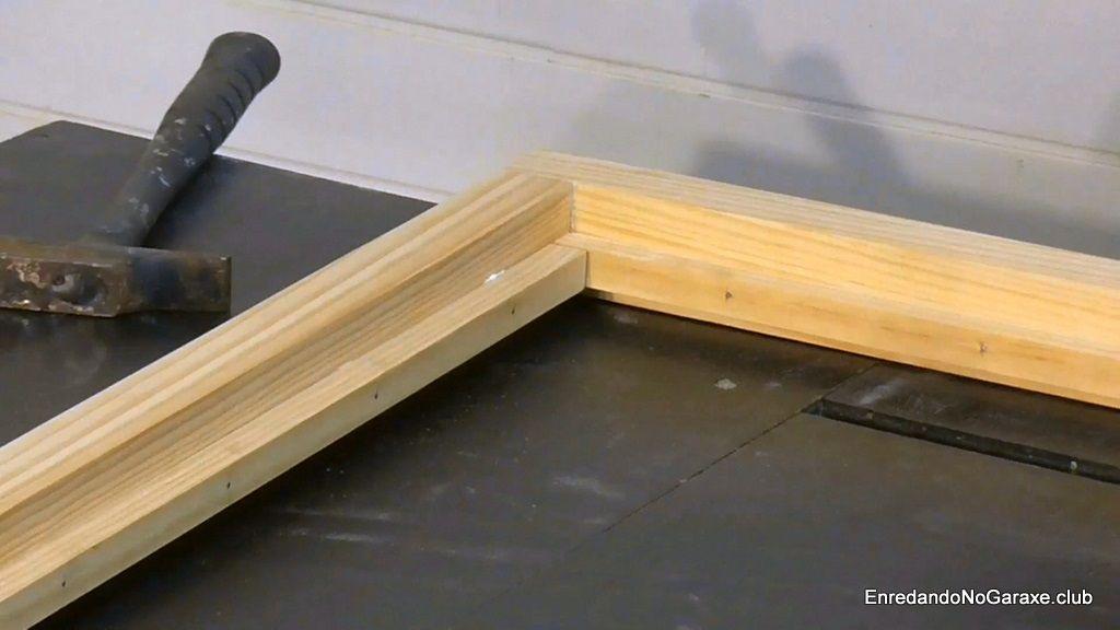 Junquillos dentro de este marco para ventana de madera
