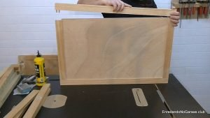 Montar las puertas de madera con el panel