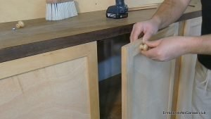 Poner un tirador de madera