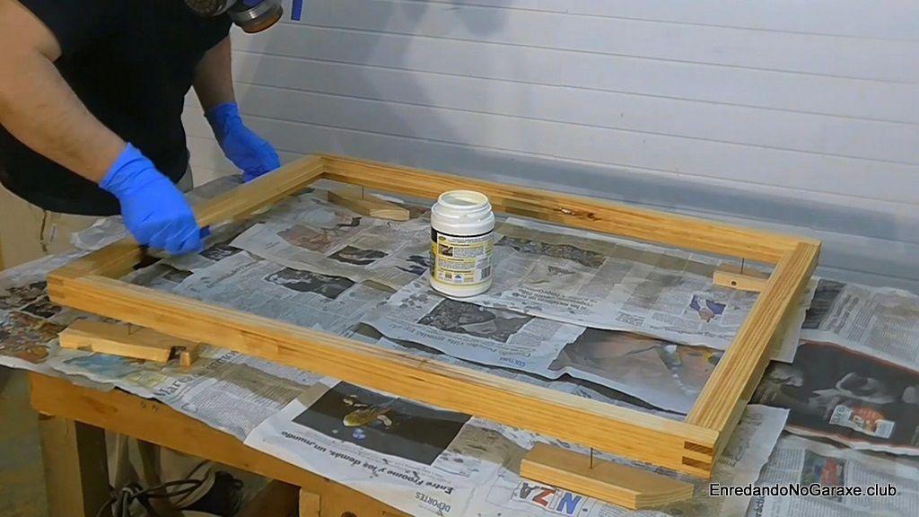 Proteger el marco de madera con protección antihumedad y anticarcomas