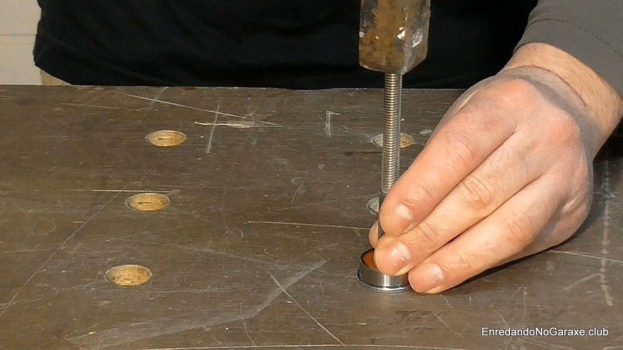 Encajar el rodamiento en el eje de acero