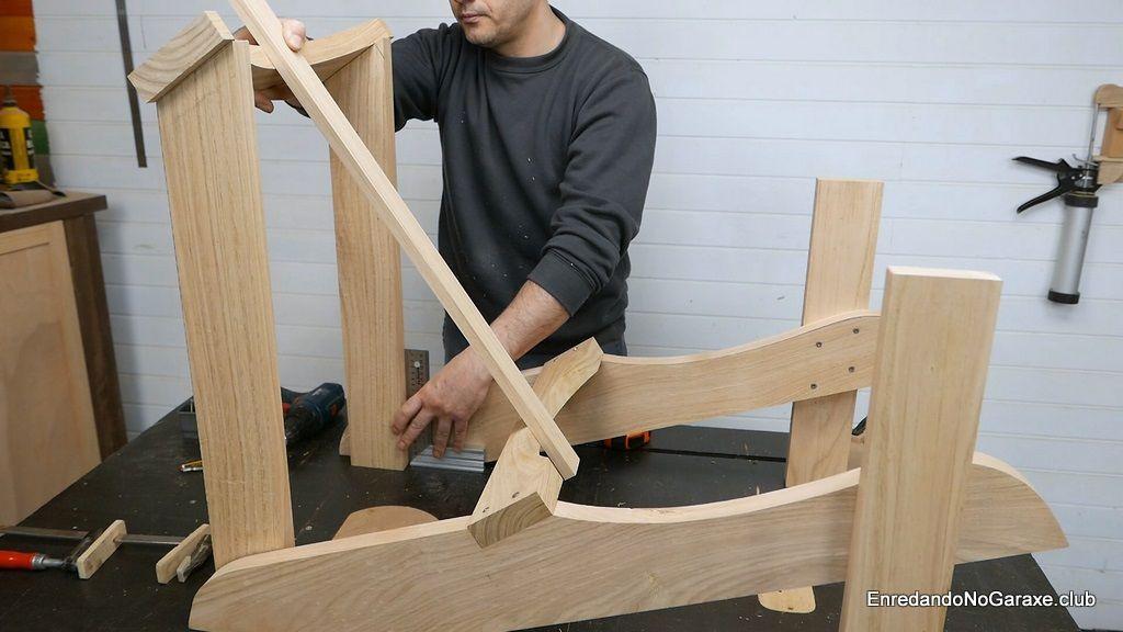 Alinear los soportes del respaldo de la silla de madera