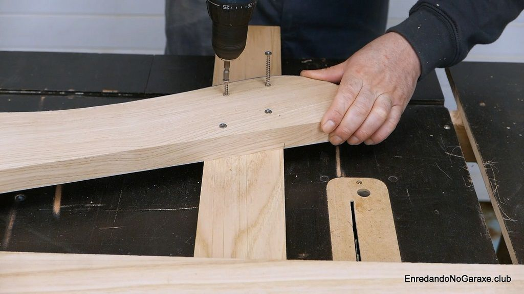 Atornillar la pata delantera de la silla de madera