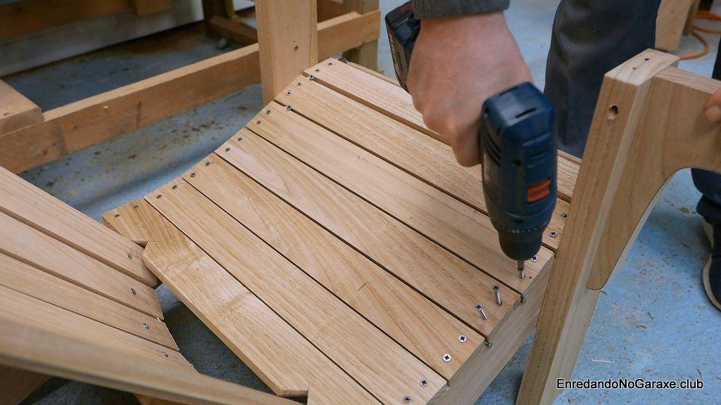 Atornillar las tablas del asiento de la silla de madera