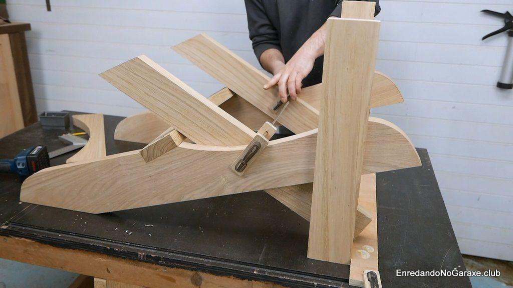 Cómo ajustar las patas traseras de la silla de madera