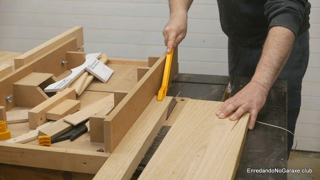 Cortar listones de castaño en la sierra de mesa