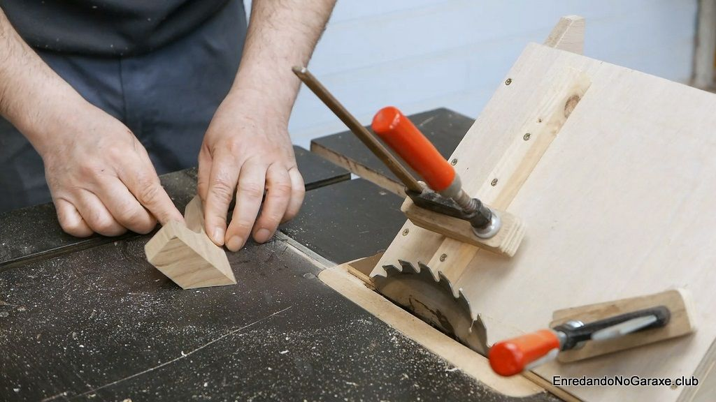 Cortar los soportes pequeños de los reposabrazos a 45 grados