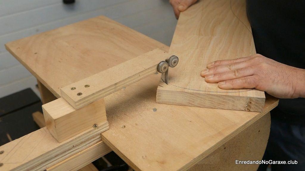 Cortar madera maciza de castaño con la caladora de mesa