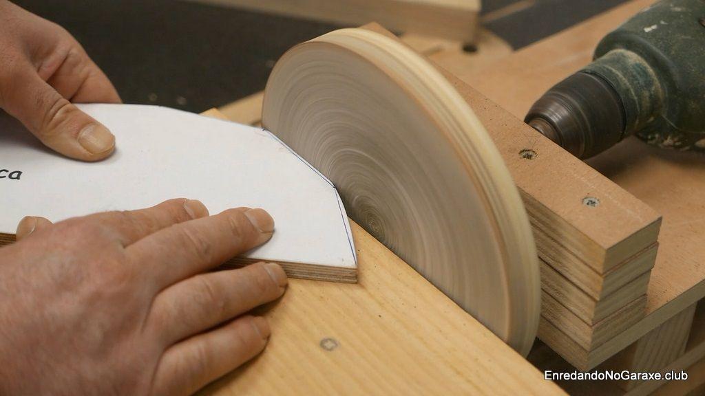 Modificar las plantillas de carpintería con la lijadora de disco