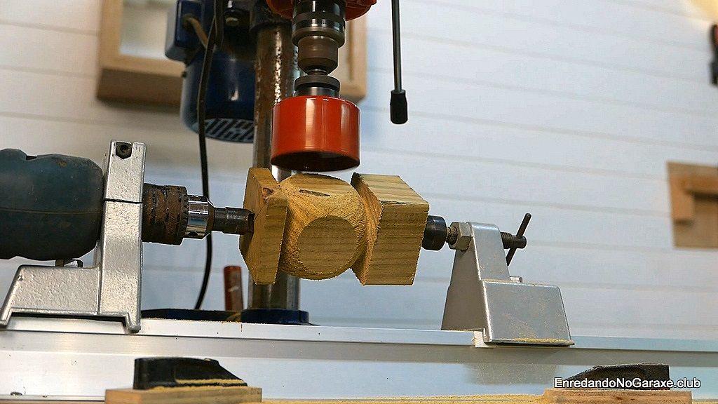Bola de madera a medio tornear para hacer un dado