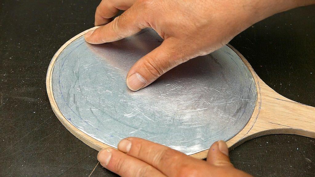 Comprobar que el espejo de metal entrará en el rebajo