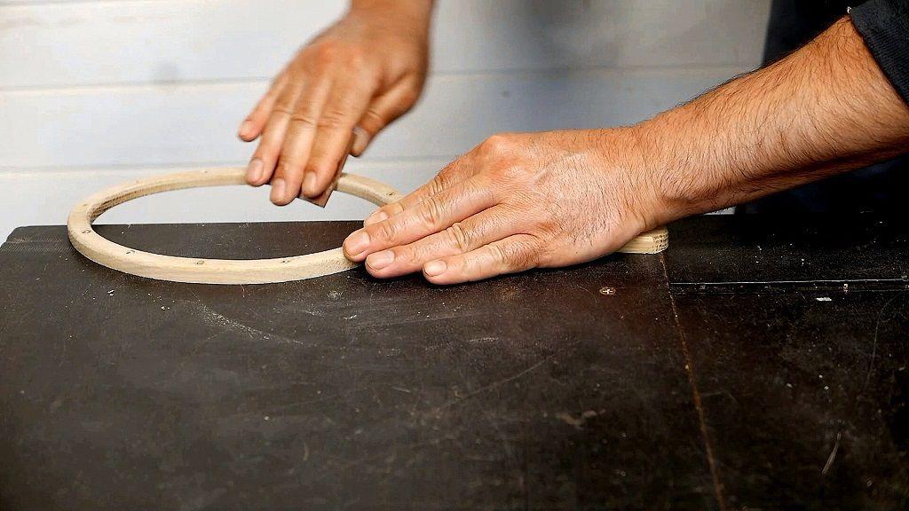 Lijar bien toda la madera del espejo de mano