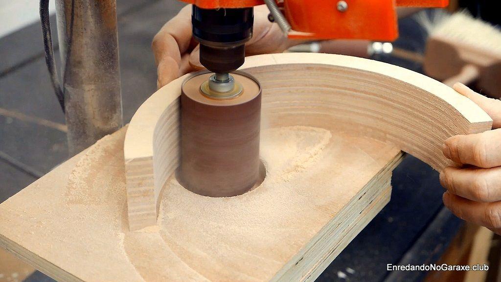 Lijar en el taladro de columna con un tambor de lijado