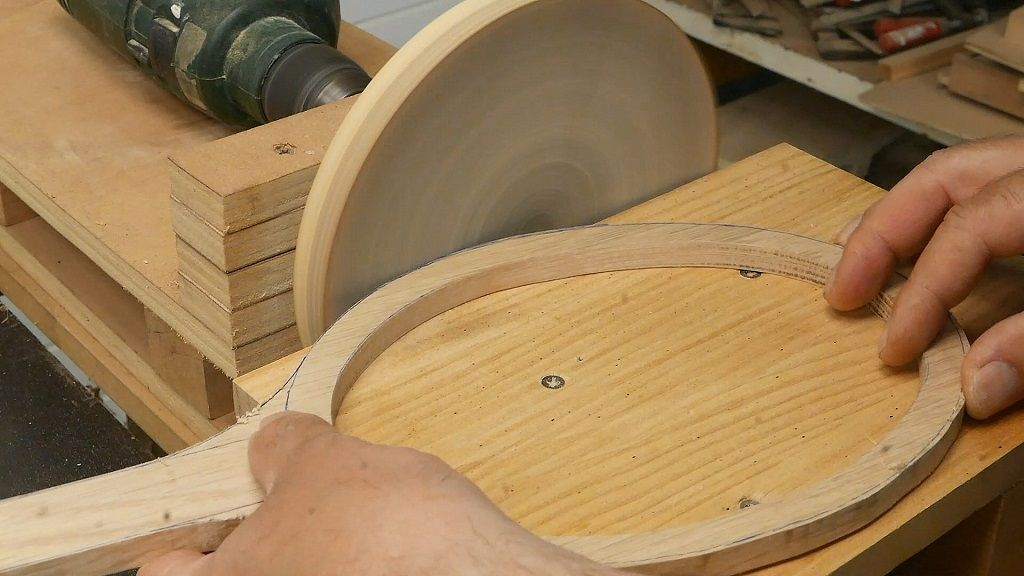 Retocar con la lijadora de disco el exterior del espejo de madera