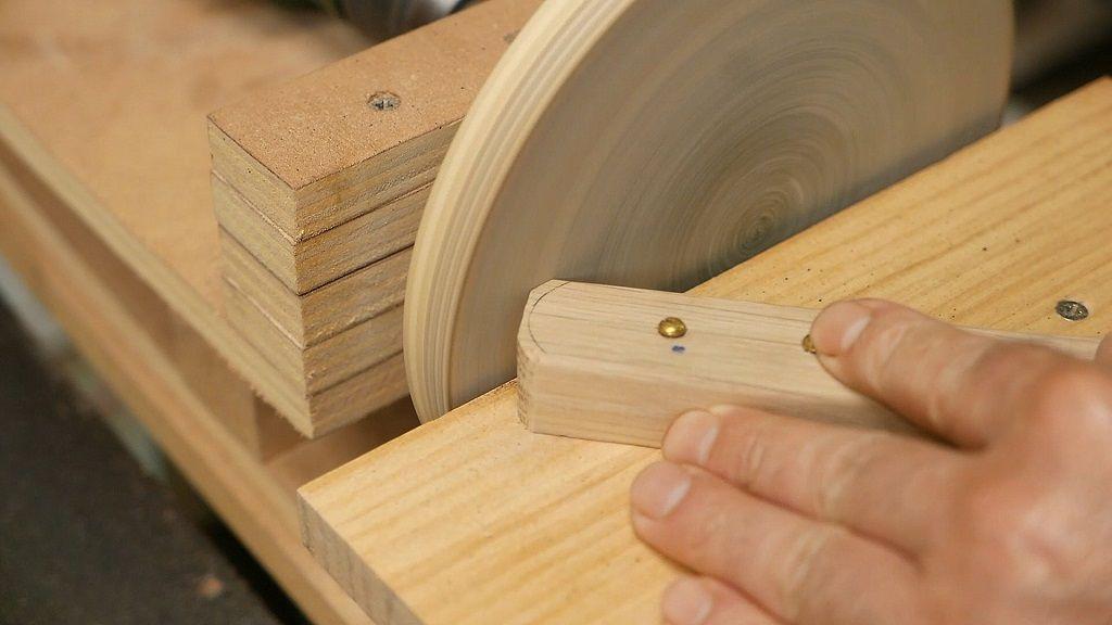 Retocar la forma del mango de madera