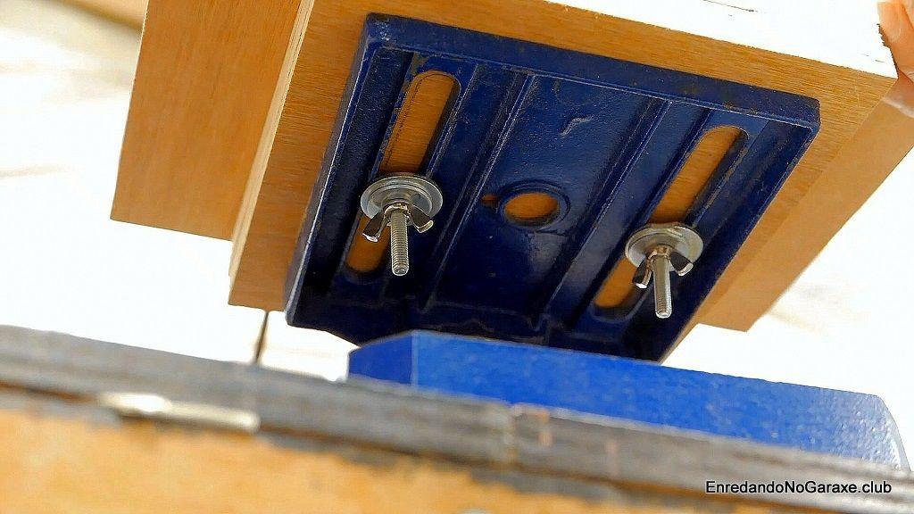 Sujetar la mesa de lijado al taladro de columna