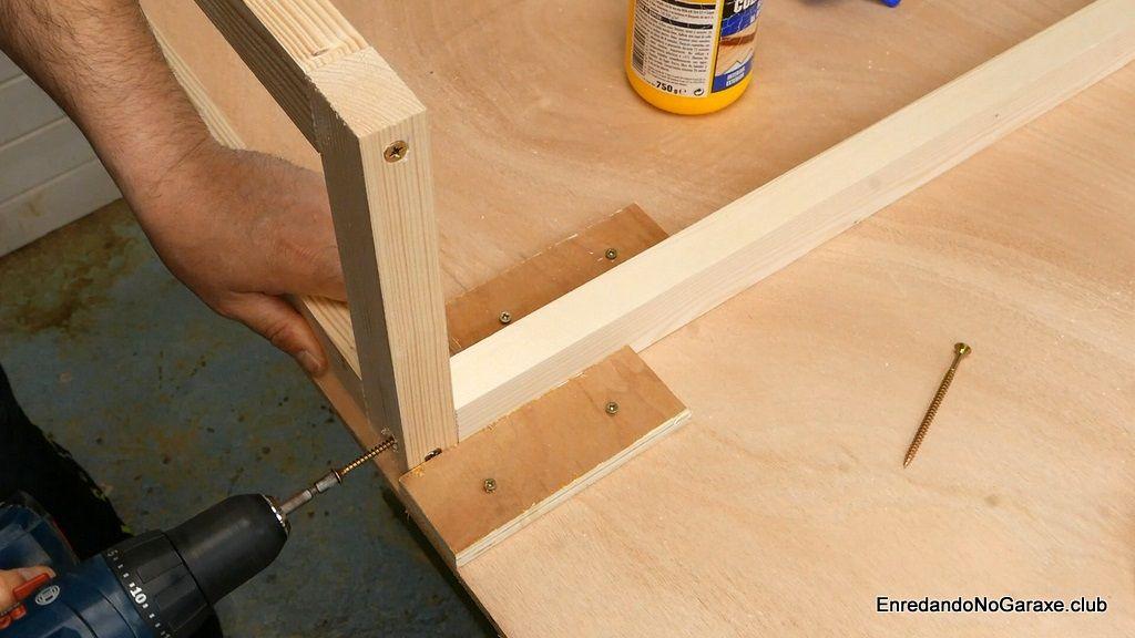 Atornillar el lateral a los largueros del armazón de madera